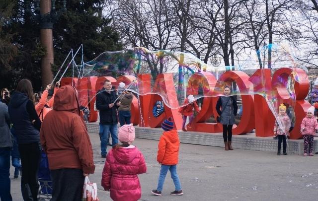 В Волгограде в день митинга-субботника пускали гигантские мыльные пузыри