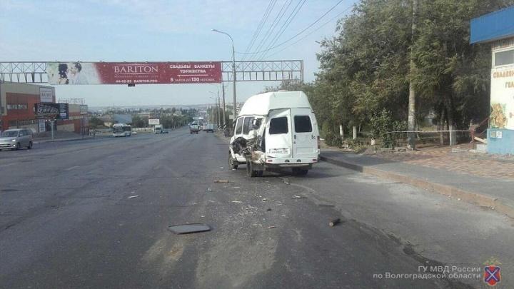 Трое пассажиров маршрутки в Волгограде попали в больницу после аварии c грузовиком