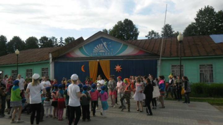 В детском лагере 8-летнюю девочку за драку отселили в комнату охранника