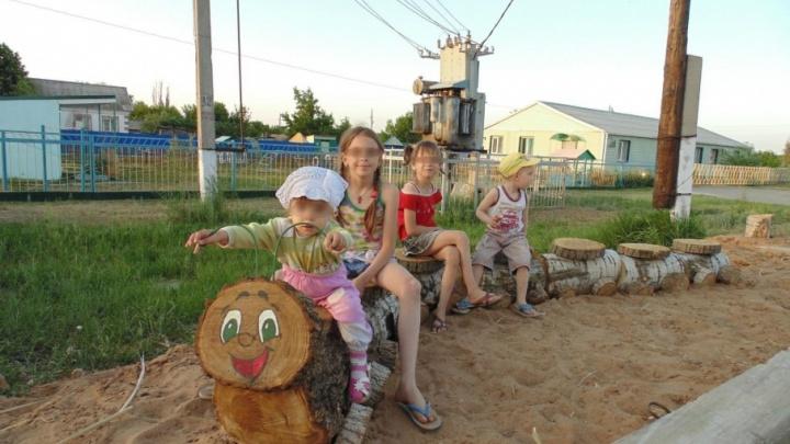 В Волгоградской области мать почти год не может вернуть четырех приемных детей