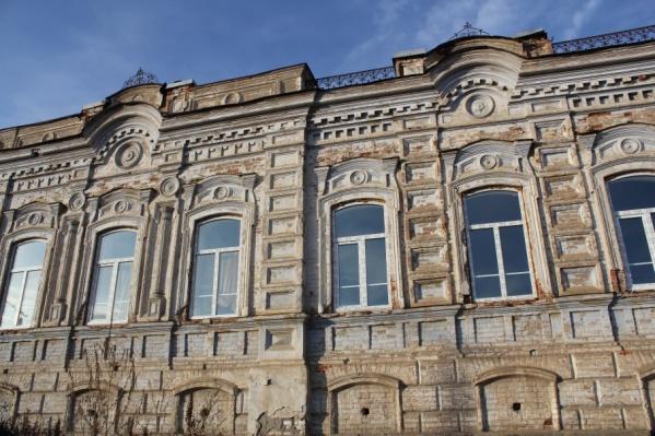Реставраторы вернут дому первоначальный вид — красный фасад с белыми элементами