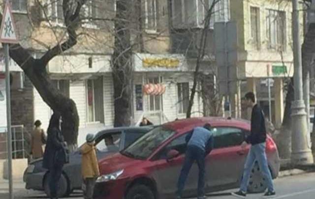 В центре Ростова Citroen провалился под асфальт