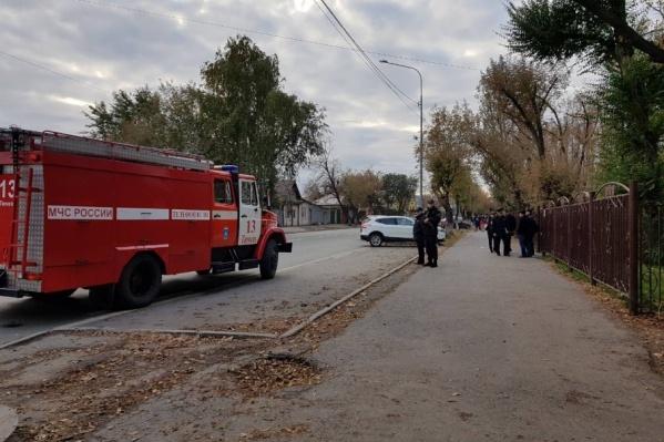 Эвакуация в гимназии №49 прошла спокойно: детей быстро оповестили и организованно вывели из школы на улицу