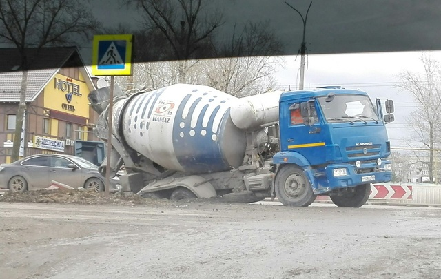 В Самаре бетономешалка угодила колесами в яму