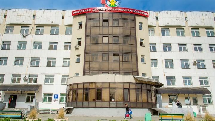 Челябинские врачи спасли малышку, которой в ДТП перебило ноги буксировочным тросом