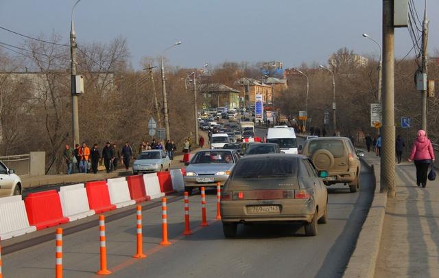 Транспортный коллапс на «южке»: на мосту образовались очереди из людей и машин