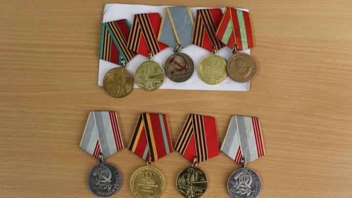 Пермяка задержали за попытку продать медали прабабушки и прадедушки