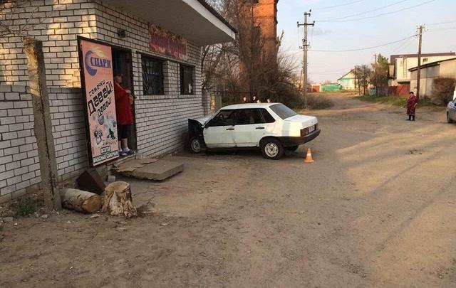 Под Волгоградом машина врезалась в магазин: четверо в больнице