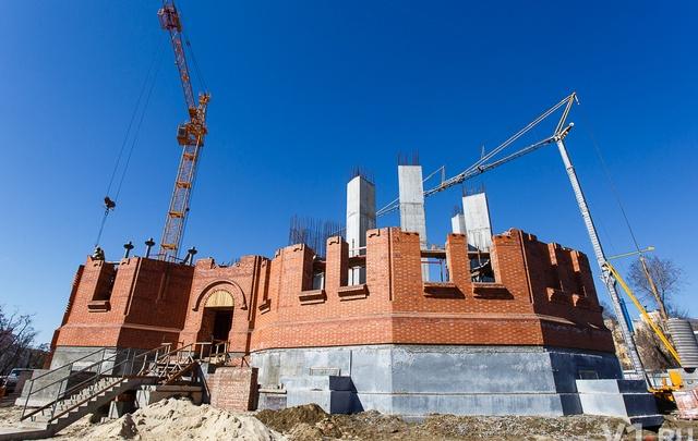 В Волгограде уже год строят храм на площади Павших Борцов