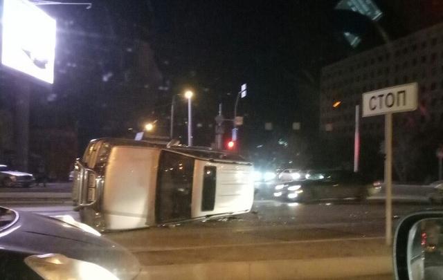 В Тюмени ночью перевернулся внедорожник: пострадали двое