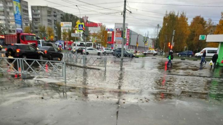 Потоп в Брагино: пешеходный переход превратился в полноводную реку