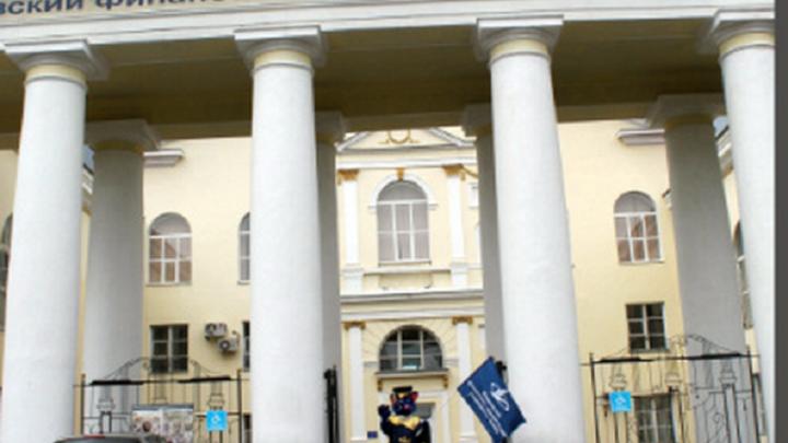 В Волгограде за получение почти сотни взяток пойдет под суд директор вуза