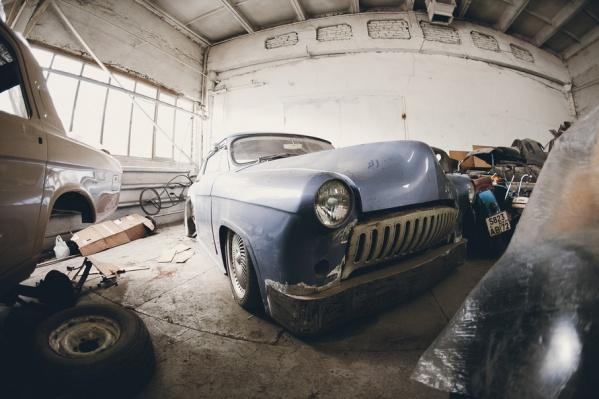 В мастерской стоят десятки разобранных автомобилей