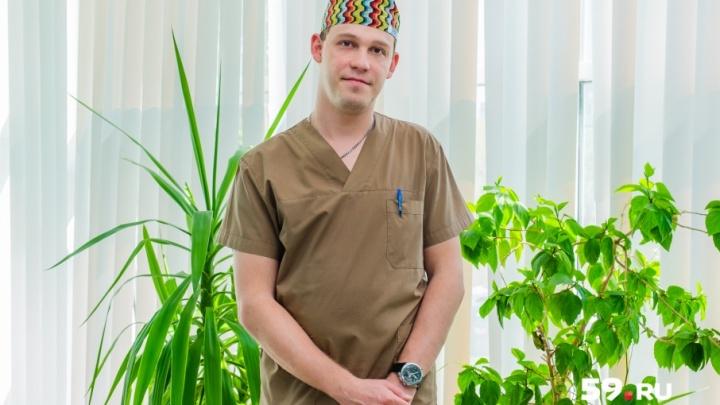 «Я только успевал одежду менять»: пермские врачи удалили мужчине 30-килограммовую опухоль