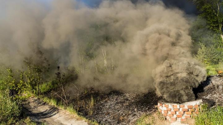 В Ярославле загорелись токсичные отходы: фото с места пожара