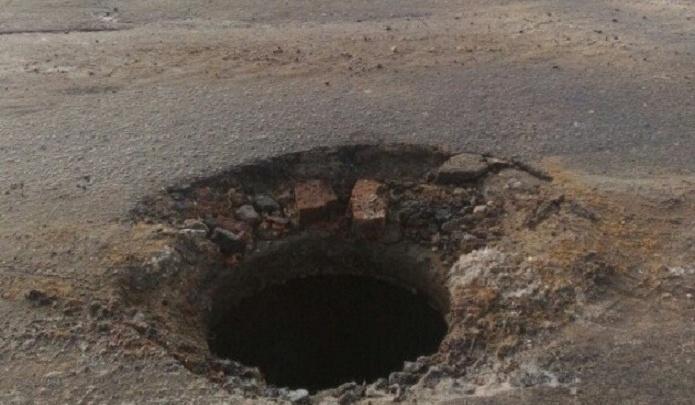 На юге Волгограда водителей ловит опасная «западня» посреди дороги