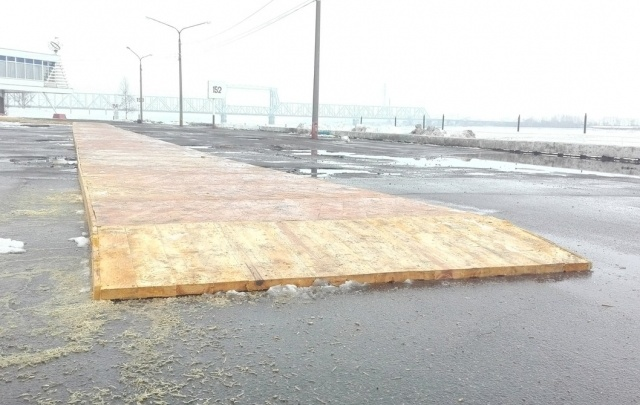 В центре Архангельска тротуар застелили паркетом