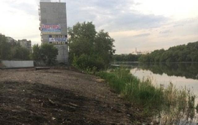 Под строительство девятиэтажки в Челябинске вырубили деревья на берегу реки