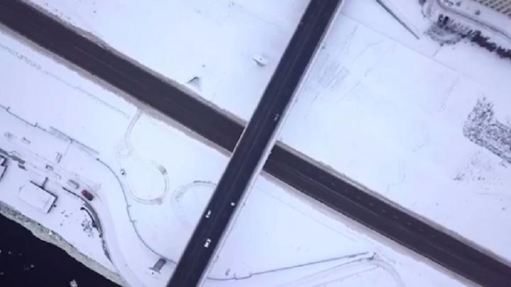 Пересечение прямых: дрон волгоградца пролетел над серыми дорогами белого города