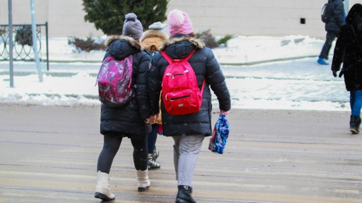 Не понравилась прическа: учительница из Волгодонска во время урока отрезала школьнице волосы