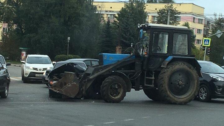ДТП в центре Ярославля: трактор раздавил «десятку»