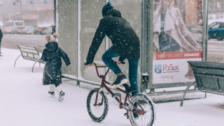 20 фотографий сегодняшнего снегопада в Тюмени, при просмотре которых становится зябко