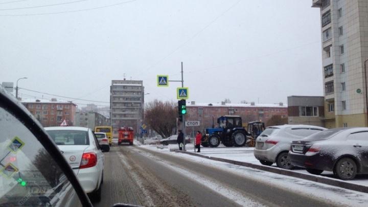 Снегопад спровоцировал в Тюмени многокилометровые пробки: на уборку улиц выехали 694 единицы спецтехники