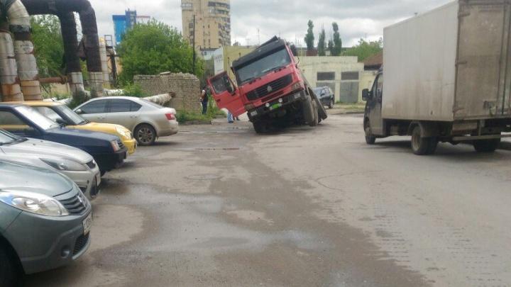 В центре Волгограда в асфальт провалилась фура
