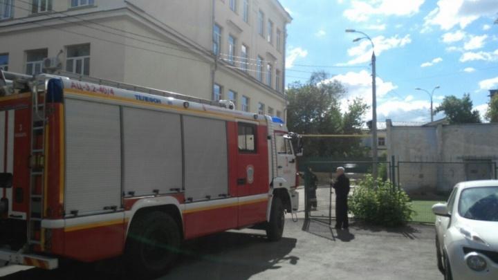 В Самаре горел мусор в здании рядом с гимназией № 3
