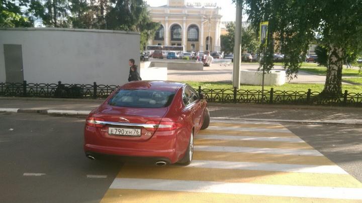 Водитель бросил красный Jaguar прямо на зебре у Ярославля-Главного