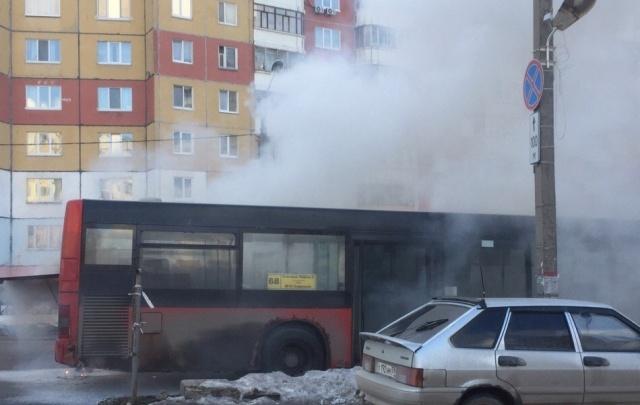 В Перми на улице Юрша загорелся автобус