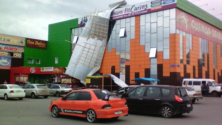 «Одежда полетела на пол»: ветер сорвал крышу с торгового центра в Челябинской области