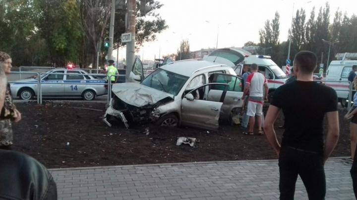 В Самаре на Мехзаводе две иномарки пробили ограждение и вылетели на газон