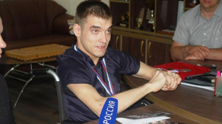 Поклоннику боксера Дмитрия Кудряшова передали полмиллиона рублей на лечение