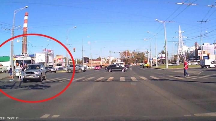 В Самаре у «Парк Хауса» автоледи на внедорожнике снесла пешехода