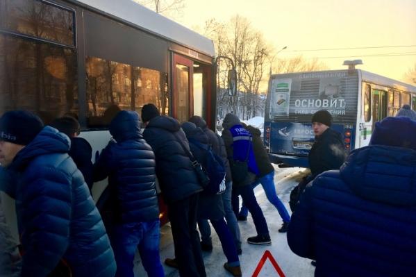 Пассажиры вытолкали свой автобус