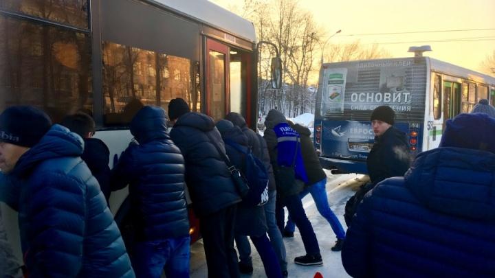 В Ярославле пассажиры вытолкали застрявший у остановки автобус