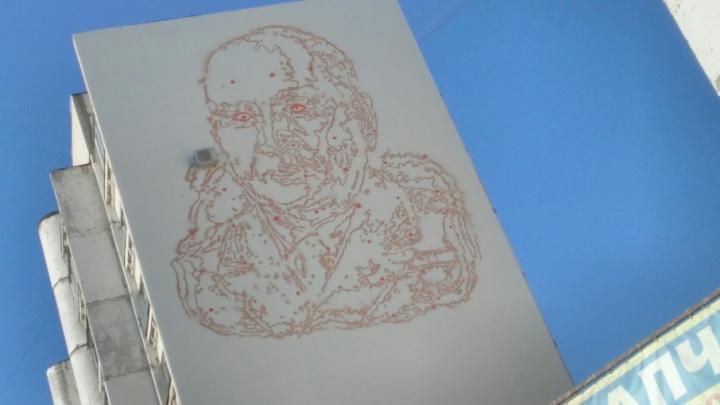 В Самаре на жилом доме рисуют 30-метровое граффити в виде портрета конструктора ракет