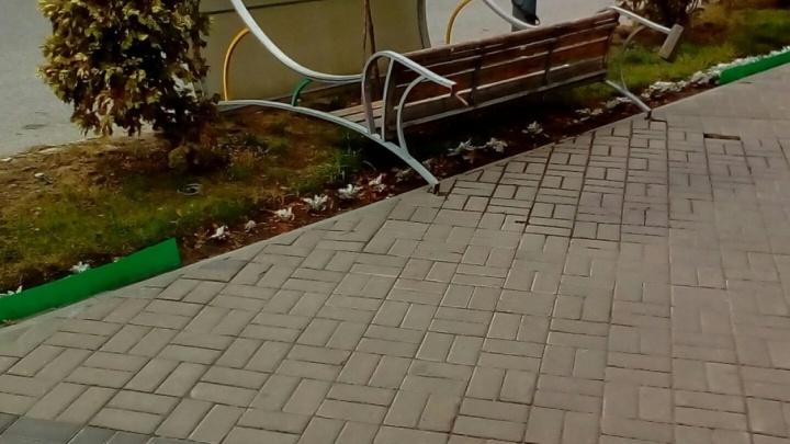 В Волгограде ураганный ветер поднимает на дыбы лавочки