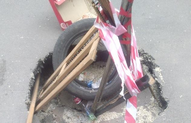 В центре Ростова на платной парковке провалился асфальт