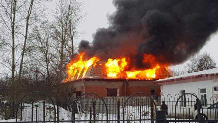 Мощный пожар в селе Великое: горит аптека
