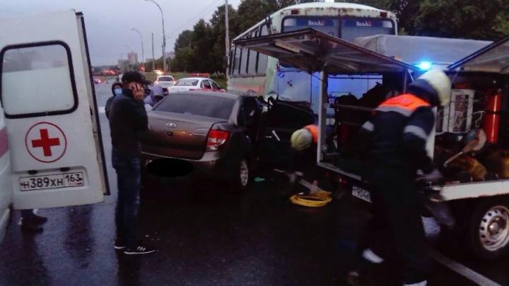 «Снесло полмашины»: в Тольятти пьяный водитель «Гранты» врезался в стоявший на обочине ПАЗ