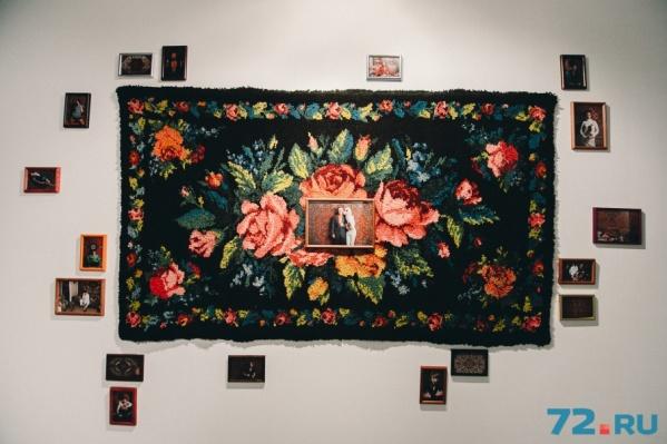 В основе этой композиции — традиционный тюменский ковёр: сочные краски на чёрном фоне