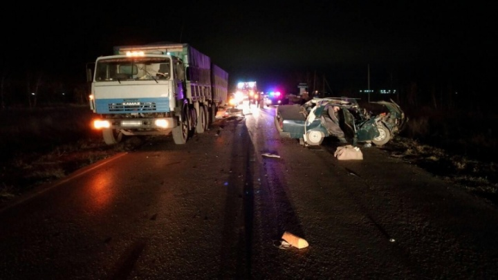 На трассе под Самарой «семерка» залетела под КАМАЗ, водитель погиб