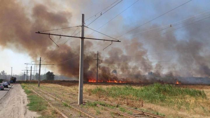 В Волжском тушат крупный пожар рядом с трубным заводом