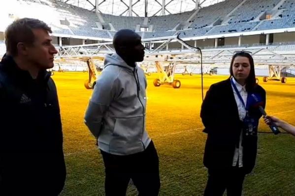 Футболист остался доволен сухой и жесткой травой на стадионе