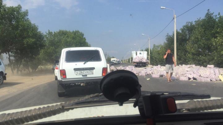 Выпавшая из грузовика туалетная бумага заблокировала дорогу под Волгоградом