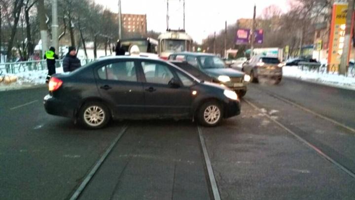 В Самаре две автоледи за рулем Suzuki и «четырнадцатой» не разъехались на трамвайных путях