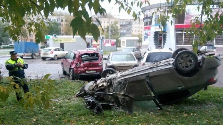 В Перми Mazda столкнулась с четырьмя машинами, перевернулась и сгорела