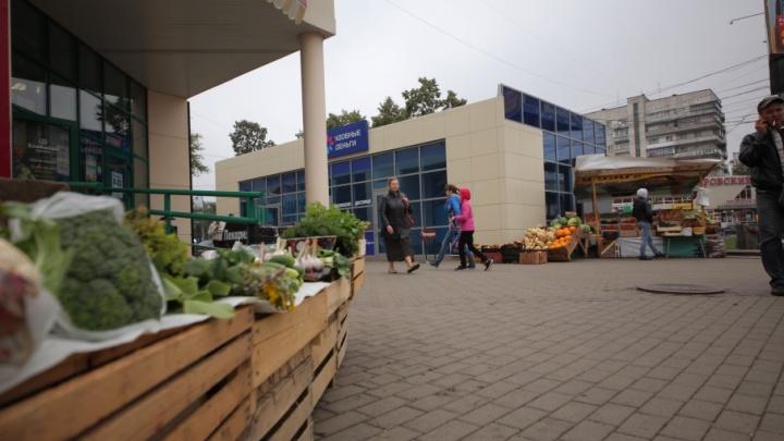 Микрозаймы вместо фруктов: на Теплотехе заработал павильон, заняв тротуар и парковку